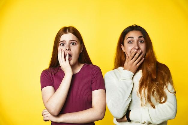 Duas meninas olham assustado em pé