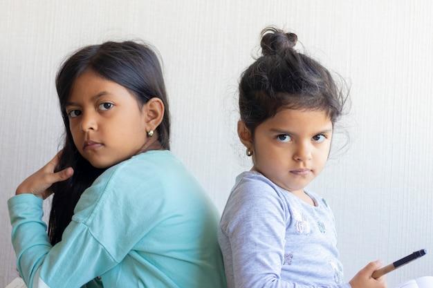Duas meninas olhando um ao outro