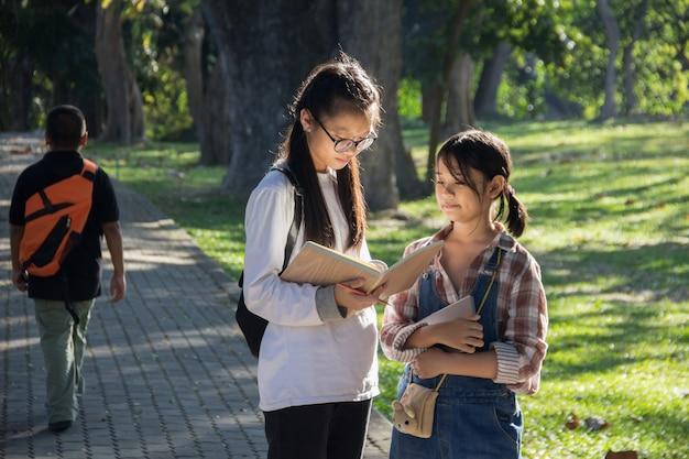 Duas meninas, olhando um livro