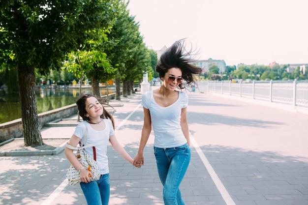 Duas meninas passeando de mãos dadas
