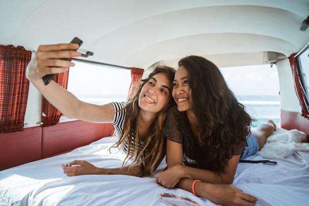 Duas meninas selfie com sorriso estabelecer