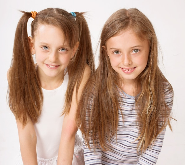 Duas meninas sobre fundo branco