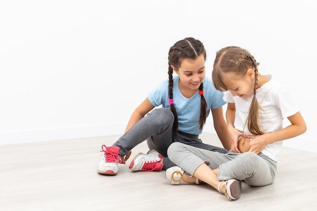 Duas meninas tristes, isoladas sobre o branco