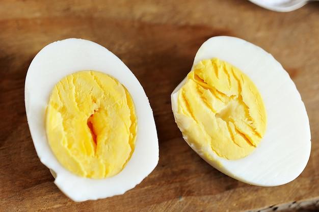 Duas metades de ovo cozido