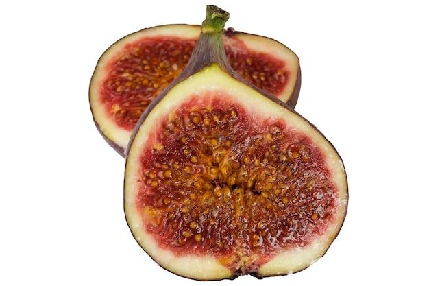 Duas metades de uma fruta de figo fecham a macro fotografia em um fundo branco isolado