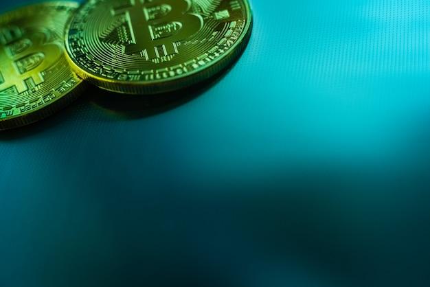 Duas moedas de bitcoin isoladas no fundo azul tecnológico.