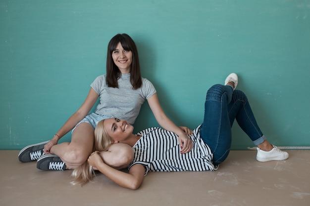 Duas mulher bonita em um interior inacabado