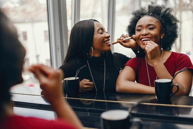 Duas mulher de negócios em um café