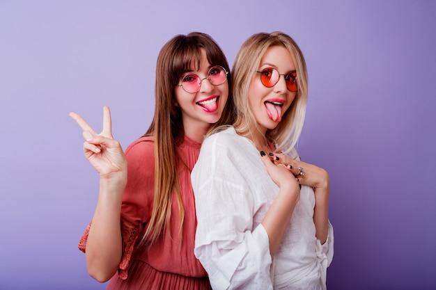 Duas mulher em vestido de primavera posando