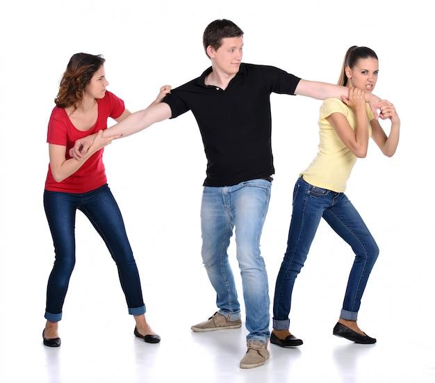 Duas mulher irritada lutando por um homem.