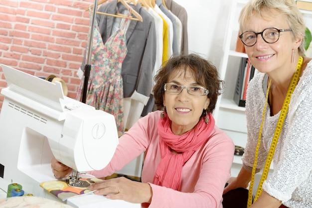 Duas mulheres alegres trabalhando juntos em sua oficina