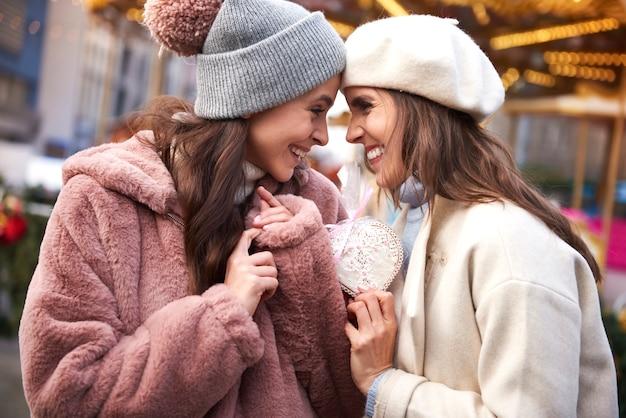 Duas mulheres apaixonadas por pão de gengibre em forma de coração