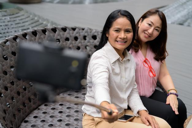 Duas mulheres asiáticas maduras juntas na cidade de bangkok