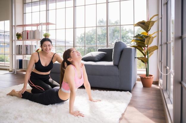 Duas mulheres asiáticas treinando fitness e ioga em casa