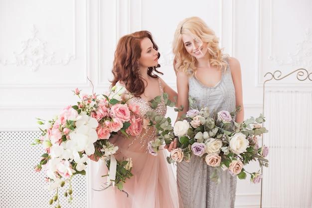 Duas mulheres bonitas com flores