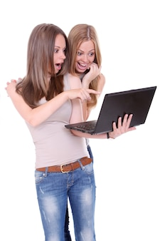 Duas mulheres bonitas com laptop