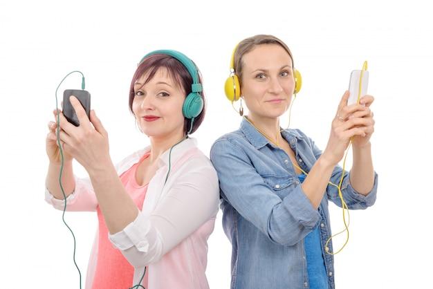 Duas mulheres bonitas, ouvindo música com telefone