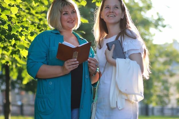 Duas mulheres caminhando ao ar livre