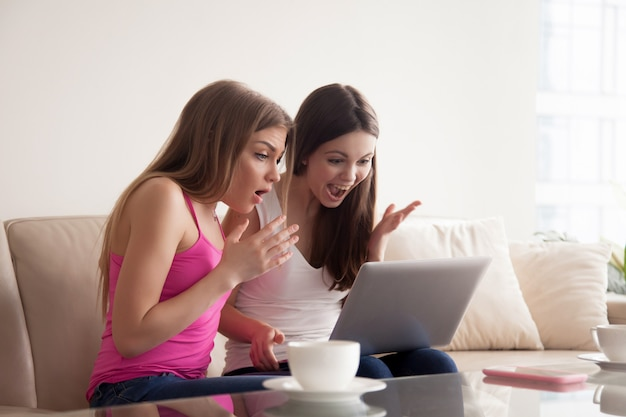 Duas mulheres chocadas com descontos na venda online