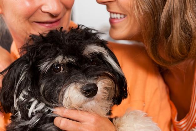 Duas mulheres com cachorro