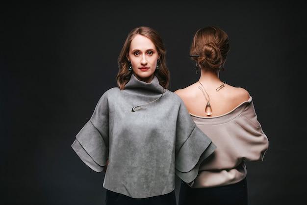 Duas mulheres com joias feitas à mão em fundo preto