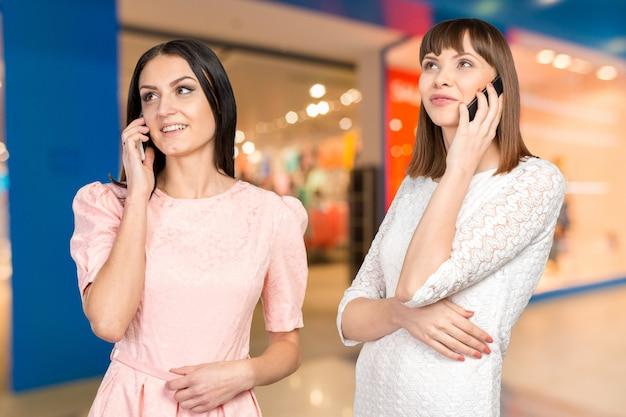 Duas mulheres com sacolas de compras
