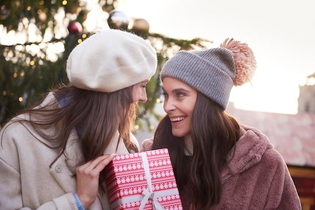 Duas mulheres com um presente de natal