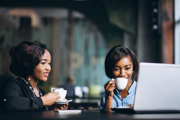 Duas mulheres de negócios afro-americanas em um café