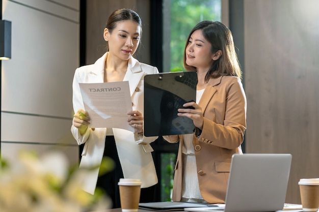 Duas mulheres de negócios asiáticas discutindo com o parceiro