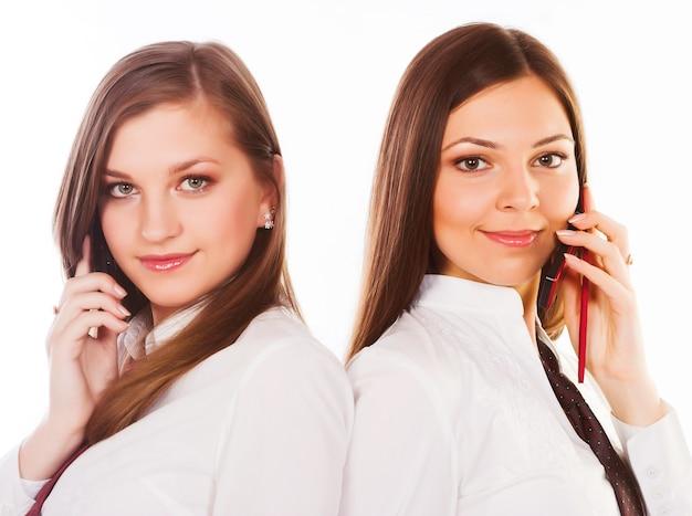 Duas mulheres de negócios em fundo branco.