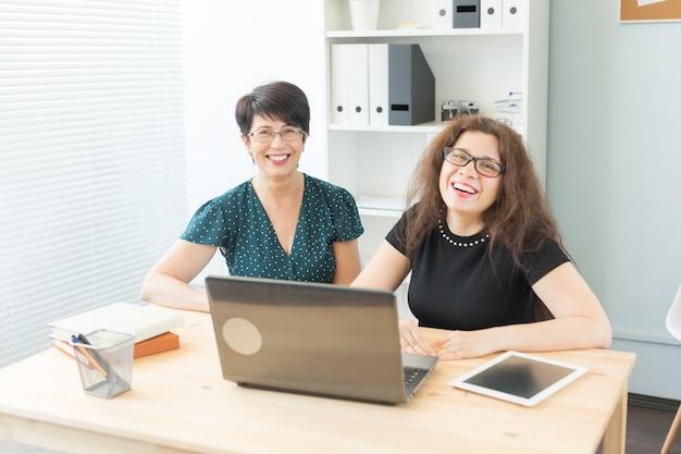 Duas mulheres de negócios felizes trabalhando juntas no escritório