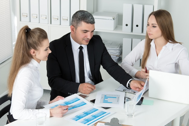 Duas mulheres de negócios linda jovem consultoria com seu colega. parceiros discutindo documentos e ideias