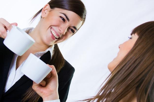 Duas mulheres de negócios no escritório