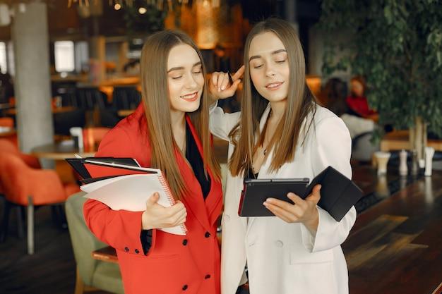 Duas mulheres de negócios trabalhando em um café