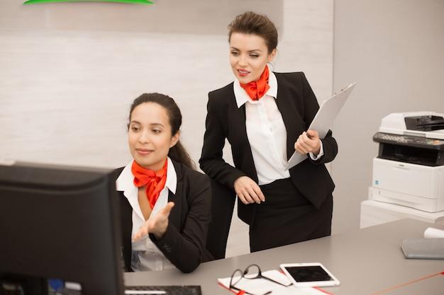 Duas mulheres de negócios trabalhando na agência