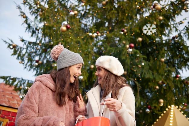 Duas mulheres e uma enorme árvore de natal
