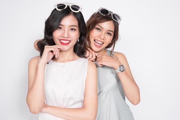 Duas mulheres elegantes em belos vestidos juntas e se divertindo
