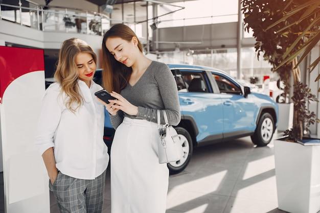 Duas mulheres elegantes em um salão de carro