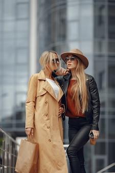 Duas mulheres em uma cidade de outono