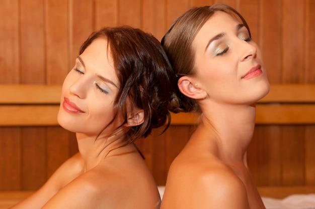 Duas mulheres em uma sauna