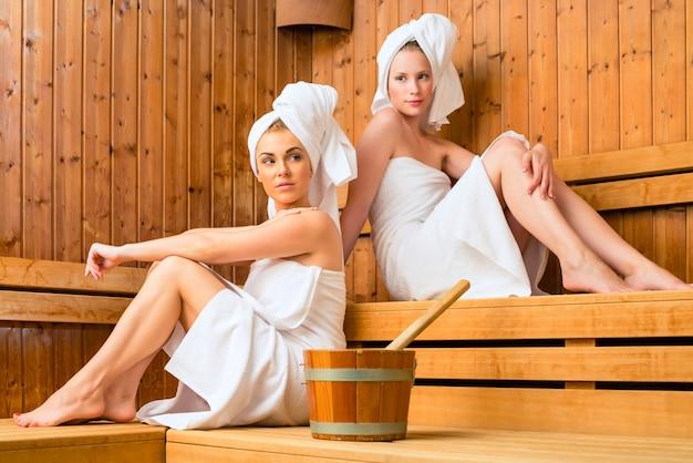 Duas mulheres, em, wellness, spa, desfrutando, infusão sauna