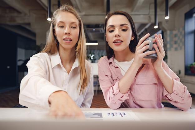 Duas mulheres empresárias trabalhando juntas em um escritório