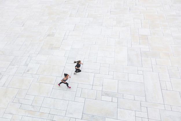 Duas mulheres, executando, cidade, vista aérea