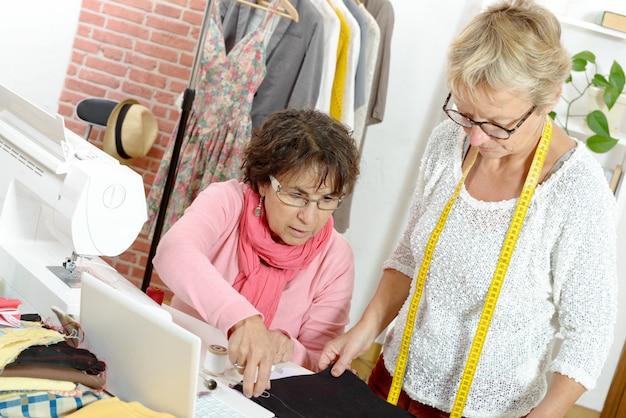 Duas mulheres felizes costurando juntos
