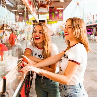 Duas mulheres felizes jogando brinquedo agarrando o jogo