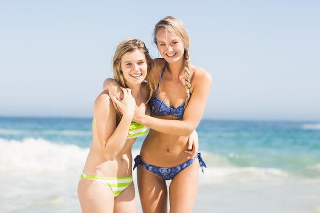Duas mulheres felizes na praia