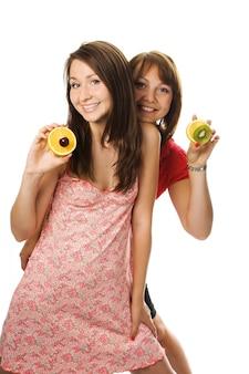 Duas mulheres jovens com frutas em branco