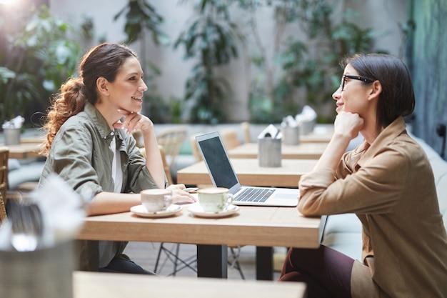 Duas mulheres jovens no café
