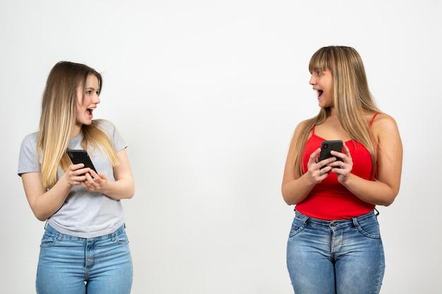 Duas mulheres jovens, olhando um ao outro