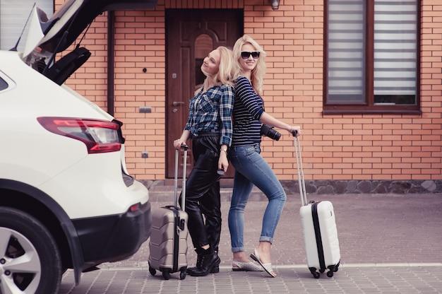 Duas mulheres jovens vão viajar de carro